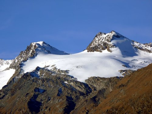 From right: Doravidi South and North (3439 m), col Chateau Blanc (3279 m), Château Blanc (3408 m)