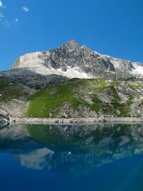 Lake Butzensee (2124m) and Braunarlspitze (2649m)