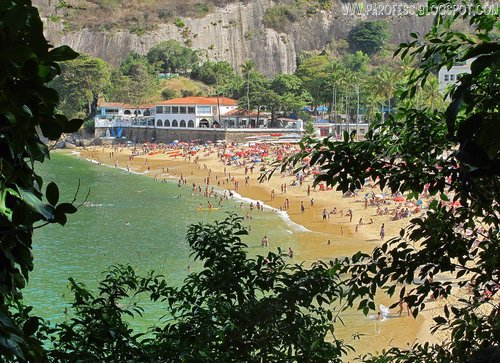Urca beach (Praia Vermelha) as seen from the trailhead of Morro da Urca (Urca Hill)
